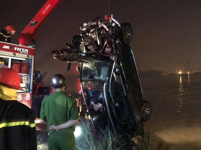 Lực lượng cứu hộ đưa chiếc xe lên bờ.