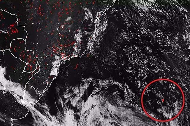 Bức ảnh từ vệ tinh của NASA có một khu vực có nguồn nhiệt bất thường (khoanh đỏ).