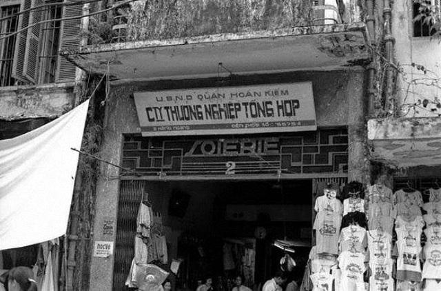 Một cửa hàng bách hóa tổng hợp trên phố Hàng Ngang - Hà Nội.