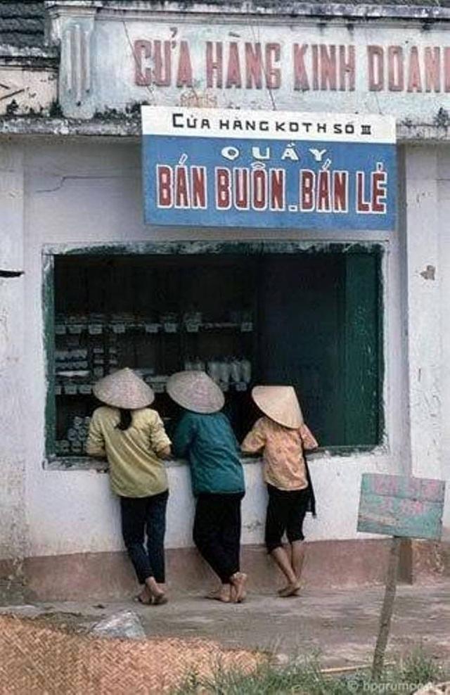 Một cửa hàng bách hóa mậu dịch quen thuộc thời bao cấp. Lúc đó, hàng hóa được nhà nước phân phối theo chế độ tem phiếu, chưa được mua bán tự do trên thị trường, người dân chưa được phép vận chuyển hàng từ địa phương này sang địa phương khác.