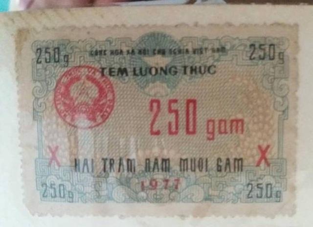 Mẫu tem mua lương thực tương đương với khối lượng thực phẩm là 250 gam.