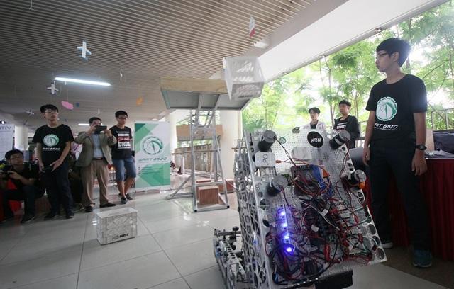 Những robot sáng tạo của chính các em học sinh sau khóa học STEM cũng được mang đến giới thiệu tới các em học sinh.
