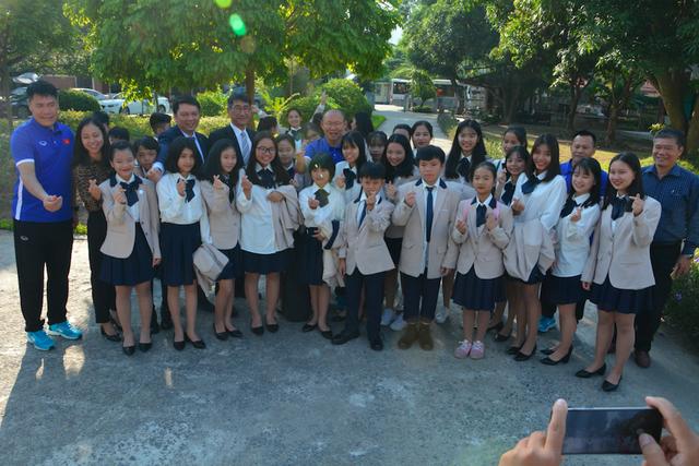 Ban huấn luyện tuyển Việt Nam thăm và giao lưu với các trẻ em Làng SOS Hà Nội - 3