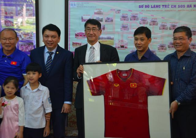 Ban huấn luyện tuyển Việt Nam thăm và giao lưu với các trẻ em Làng SOS Hà Nội - 2