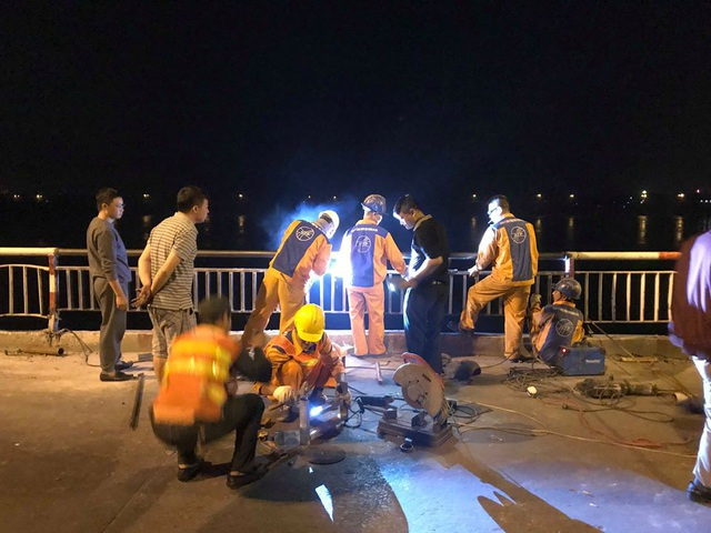 Đến rạng sáng 4/11 lực lượng chức năng đã hoàn thành việc sửa chữa đoạn lan can cầu Chương Dương bị chiếc Mercedes đâm gãy rồi rơi xuống sông Hồng