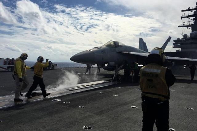 Trên boong tàu USS Ronald Reagan của Mỹ (Ảnh: Reuters)