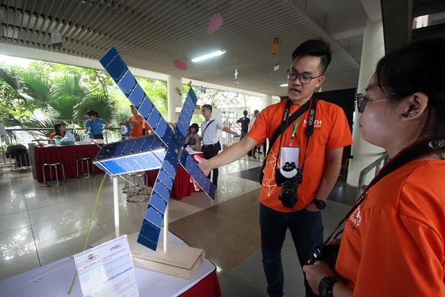 Trong khuôn khổ ngày hội Toán học mở 2018, các em học sinh có cơ hội được tiếp cận với những công nghệ mới đến từ nhiều đơn vị khác nhau. Đơn cử như mô hình vệ tinh do kỹ sư Việt Nam tự chế tạo là MicroDragon và NanoDragon. Trong đó, mẫu NanoDragon đang trong quá trình thử nghiệm và dự kiến sẽ phóng lên quỹ đạo vào năm 2020 có kích thước 10 x 10 x 34,05 cm và nặng 4-6 kg.