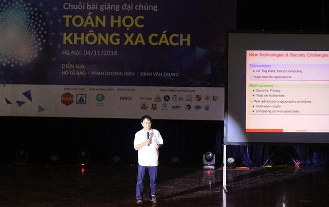 """Bài giảng """"Bảo mật thông tin trong thời đại số"""" của GS. Phan Dương Hiệu thu hút được sự quan tâm đặc biệt của các bạn trẻ."""