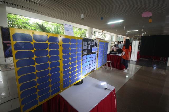 Cũng xuất hiện mẫu mô hình tại ngày hội Toán học mở 2018, mô hình vệ tinh microDragon được giới thiệu là vệ tinh lớn nhất có kích thước 50 x 50 x 50 cm và khối lượng 50 kg. Vệ tinh này được phát triển để theo dõi chất lượng nước ven biển, phục vụ cho ngành nuôi hải sản. Dự kiến, nó sẽ được phóng lên quỹ đạo vào cuối năm 2018. Hai vệ tinh MicroDragon và NanoDragon đều được tích hợp nhiều công nghệ hiện đại như cơ chế điều khiển 3 trục, cảm biến mặt trời, cảm biến từ trường, cảm biến gyro quang, bộ thu GPS.