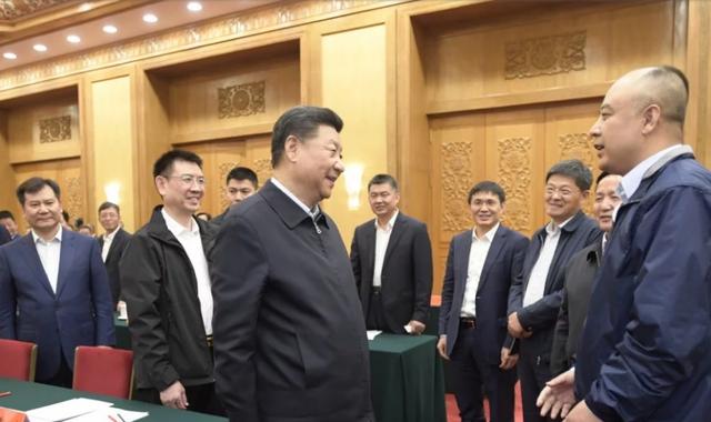 Chủ tịch Tập Cận Bình nói chuyện với đại diện các doanh nghiệp dự tọa đàm. (Ảnh: CCTV)