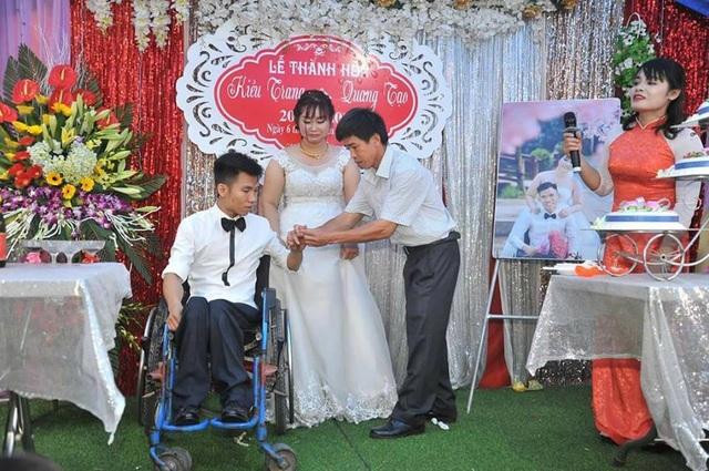 Giây phút Tạo với dáng người nhỏ bé, được người thân đẩy xe lăn lên lễ đài trao nhẫn cho cô dâu khiến nhiều người có mặt lặng đi vì xúc động