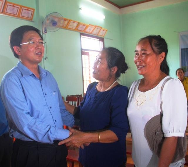 Chủ tịch UBND tỉnh Bình Định Hồ Quốc Dũng chia sẻ với người dân.