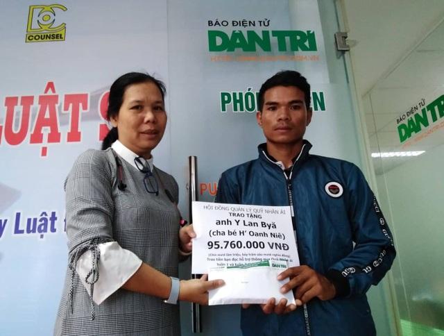 Nhà báo Lý Thị Toàn Thắng – Trưởng Văn phòng đại diện báo Dân trí tại TPHCM, trao quà bạn đọc đến cho gia đình anh Y Lan Byă