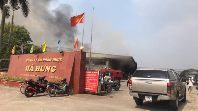 Đám cháy diễn ra bên trong khu vực cho thuê của Công ty Cổ phần dược phẩm Hà Hưng (Ảnh: GC)