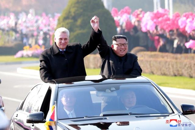 Hai nhà lãnh đạo nắm tay nhau trên xe mui trần và đi qua các con phố tại thủ đô Bình Nhưỡng. Nhiều người dân Triều Tiên đứng hai bên đường, cầm cờ hoa vẫy chào hai nhà lãnh đạo.