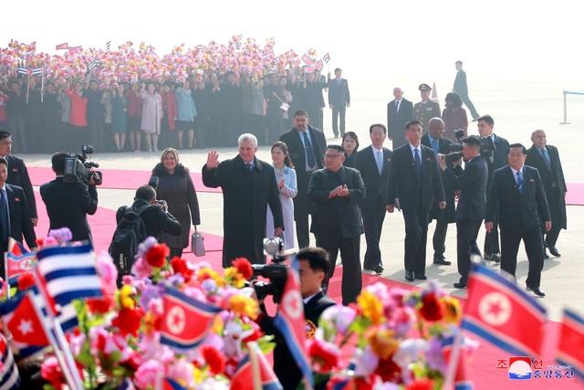 Ngoài nhà lãnh đạo Kim Jong-un và phu nhân, tất cả các quan chức cấp cao của đảng và chính phủ Triều Tiên, bao gồm Chủ tịch Quốc hội Triều Tiên Kim Yong-nam, cũng có mặt tại sân bay để đón nhà lãnh đạo Cuba.