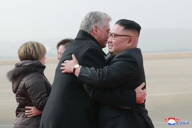 Việc ông Kim Jong-un đích thân tới tận sân bay để đón Chủ tịch Miguel được xem là hành động hiếm hoi của nhà lãnh đạo Triều Tiên dành cho một nguyên thủ nước ngoài khi tới Bình Nhưỡng.