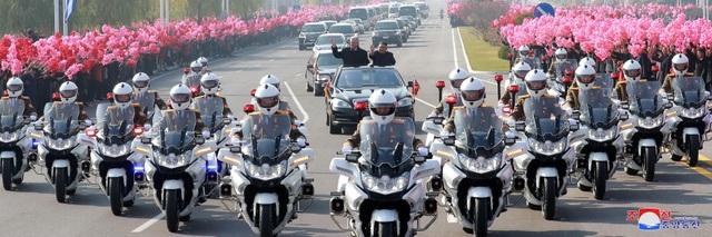 Đoàn xe hộ tống hai nhà lãnh đạo Cuba và Triều Tiên từ sân bay về nơi hội đàm ở Bình Nhưỡng.