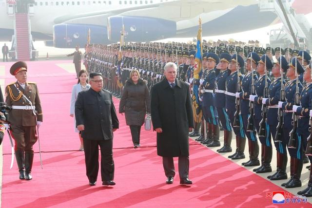 Tương tự chuyến thăm lịch sử của Tổng thống Hàn Quốc Moon Jae-in tới Bình Nhưỡng hồi tháng 9, nhà lãnh đạo Kim Jong-un cũng dành cho Chủ tịch Cuba sự đón tiếp trọng thể theo nghi thức cấp cao dành cho nguyên thủ quốc gia.