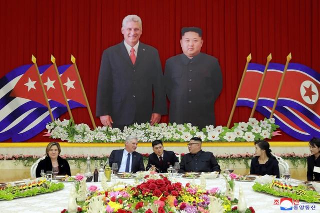 Nhà lãnh đạo Kim Jong-un chủ trì bữa tiệc tối để đón Chủ tịch Miguel Diaz-Canel và phu nhân.