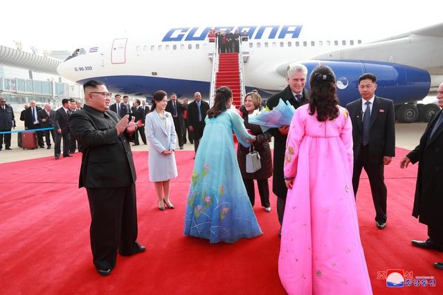 Vào 13h ngày 4/11, nhà lãnh đạo Kim Jong-un và phu nhân Ri Sol-ju đã tới sân bay Bình Nhưỡng để đón Chủ tịch Cuba Miguel Diaz-Canel và phu nhân trong chuyến công du nước ngoài đầu tiên của ông Miguel kể từ khi nhậm chức hồi tháng 4.