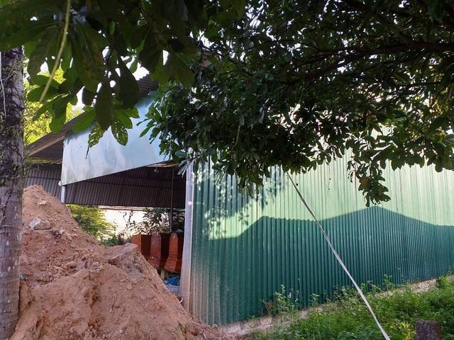 Trại hòm Trung Nguyên đặt sát cổng làng Phước Hưng cạnh Quốc lộ 1A