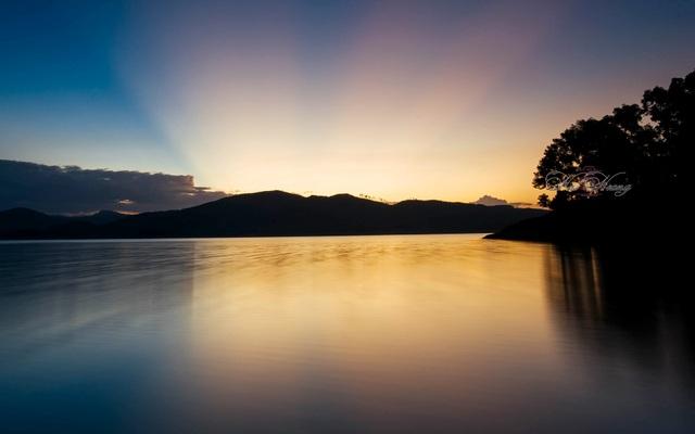 Hoàng hôn trên hồ Phú Ninh