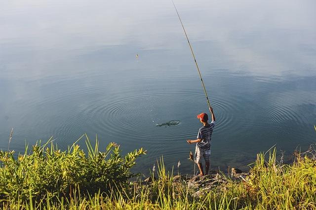 Câu cá cũng là một thú vui khi tham quan hồ Phú Ninh