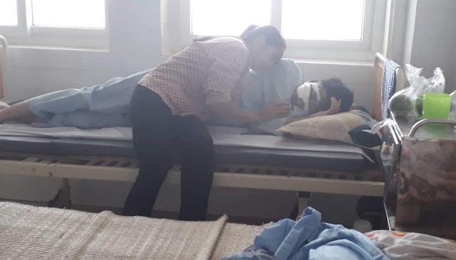 Chị Châu và cháu Tâm đang nằm điều trị tại BV Mắt trung ương và đang gặp rất nhiều gian nan thử thách.