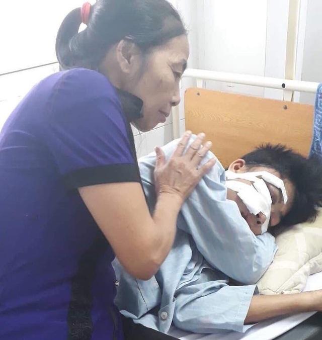 Trong khi đó người mẹ và em trai đang nằm điều trị tại BV Mắt trung ương.