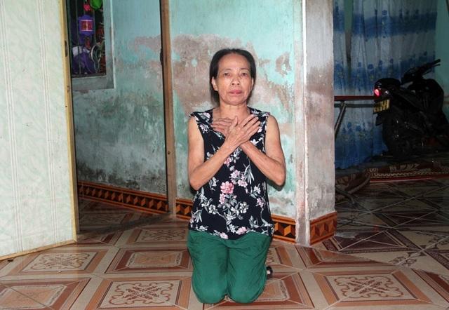 Đang kể về tình cảnh của gia đình con gái, bà ngoại Phạm Thị Thanh ốm yếu quỳ xuống van xin nhờ bạn đọc Báo Dân trí hỗ trợ cứu lấy đứa cháu thơ tội nghiệp.