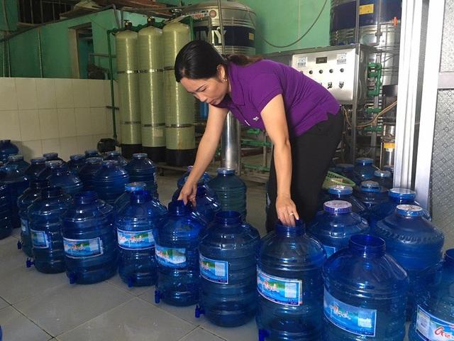Chị Bình là chủ của một cơ sở sản xuất nước đóng chai tại địa bàn xã Văn Hóa, huyện Tuyên Hóa.