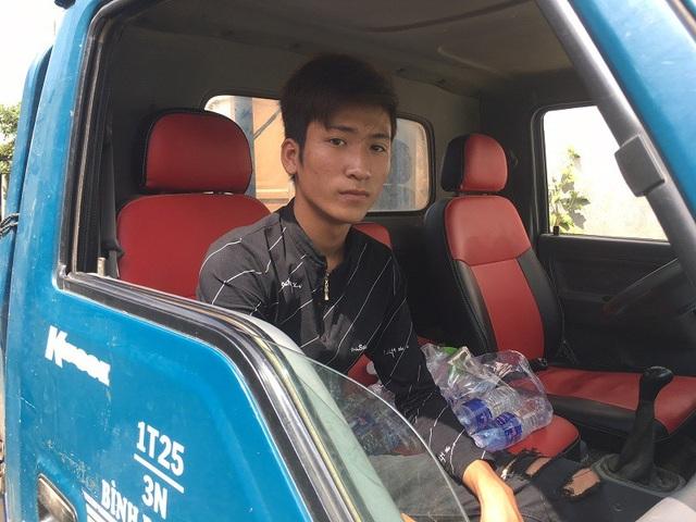 Anh Nguyễn Anh Tuấn, nhân viên của cơ sở Giếng Mạch mới đây còn bị côn đồ hành hung, ngăn không cho vận chuyển nước đi kinh doanh.