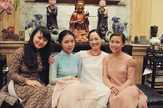 Nghệ sĩ Lê Khanh và con gái (áo dài xanh)