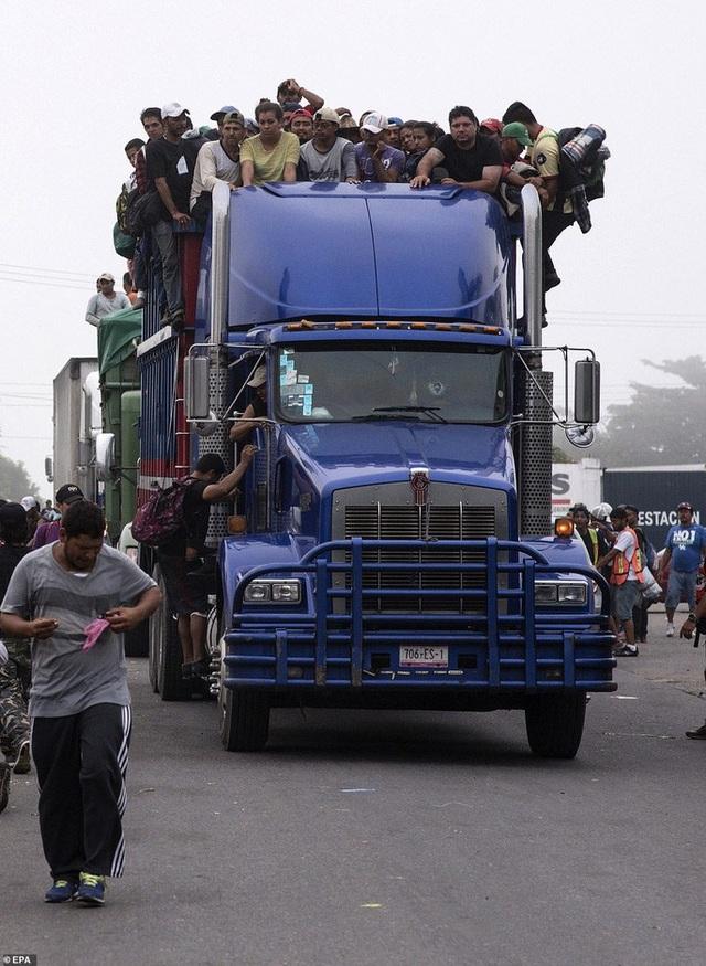 Người di cư tiếp tục hành trình của họ từ Ciudad Isla, bang Veracruz, hôm 4-11. Ảnh: EPA