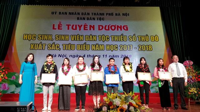 Các em học sinh giỏi xuất sắc được nhận bằng khen của Bộ trưởng, Chủ nhiệm Ủy ban Dân tộc của Quốc Hội.
