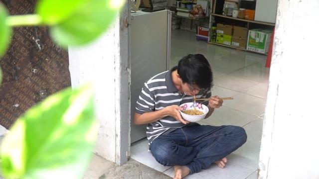 Cuộc đời của Phương là những ngày chỉ có một mình, ăn một mình, chơi một mình