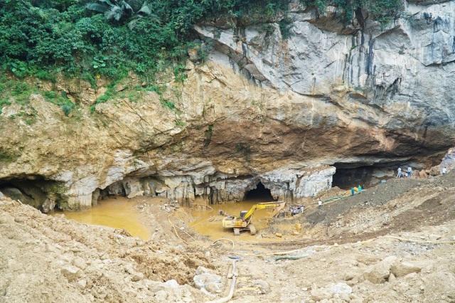 Ông Bạch Bá Hán, Chủ tịch UBND xã Thanh Nông (Lạc Thuỷ, Hoà Bình) cho biết, đến thời điểm này, nước tại hang vàng ở Thôn Lộng đã được hút cạn. Tuy nhiên, do trong hang còn nhiều bùn đất nên lực lượng chức năng vẫn chưa thể tiếp cận được vị trí 2 phu vàng gặp nạn.
