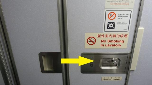 Những vật dụng bẩn nhất trên máy bay có thể bạn chưa biết - 3