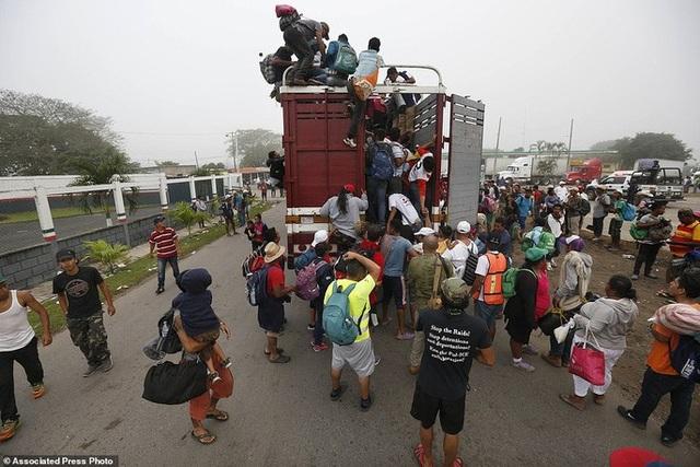 Hàng ngàn người di cư, xuất phát từ khu vực Trung Mỹ, muốn đến Mỹ với hy vọng có được cuộc sống tươi đẹp hơn. Ảnh: AP