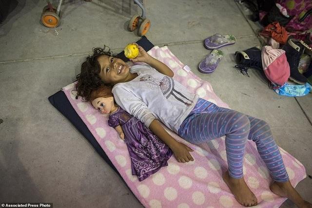Một bé gái nghỉ ngơi tại một điểm tạm trú ở Cordoba, bang Veracruz - Mexico hôm 4-11. Ảnh: AP