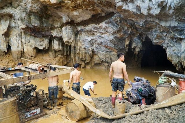 Lối vào hang Cột Cờ. Thông tin ban đầu, bờ hồ nước ngoài cửa hang vỡ, nước cuốn theo đất đá tràn vào hang bịt kín lối ra ngoài, khiến 2 phu vàng bị mắc kẹt bên trong.