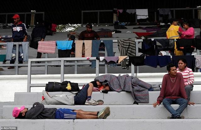 Một SVĐ ở TP Mexico cũng được sử dụng làm điểm tạm trú cho đoàn người di cư. Ảnh: Reuters