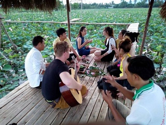 Du khách xả stress trong không khí trong lành, bên đầm sen đẹp ở làng quê yên bình