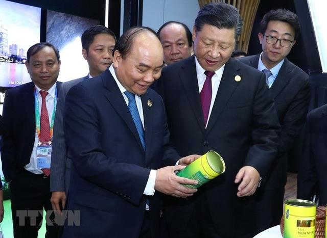 Thủ tướng Nguyễn Xuân Phúc và Chủ tịch Trung Quốc Tập Cận Bình thăm gian hàng của Việt Nam tại Hội chợ (ảnh: TTXVN)