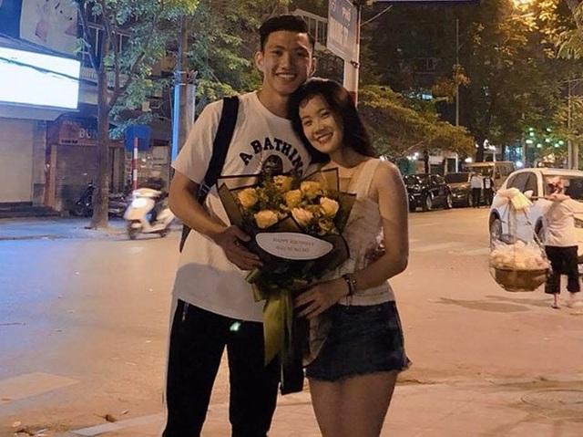 """Những khoảnh khắc """"tình bể bình"""" của cầu thủ U23 Việt Nam với bạn gái - 8"""