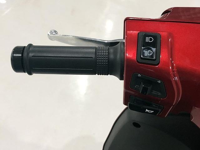 Bố trí các phím chức năng trên tay lái bên trái không khác biệt đối với các mẫu xe dùng động cơ xăng trên thị trường