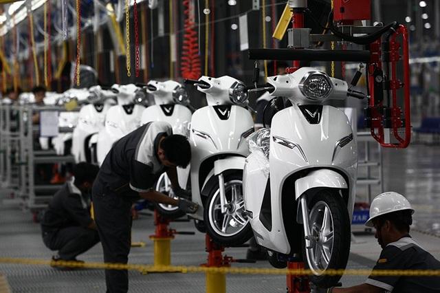 VinFast Klara sẽ có hai phiên bản: tiêu chuẩn và cao cấp. Các mẫu xe được hoàn thiện tại nhà máy sau đó chuyển tới các đại lí để lắp ắc-quy và bán tới người tiêu dùng.