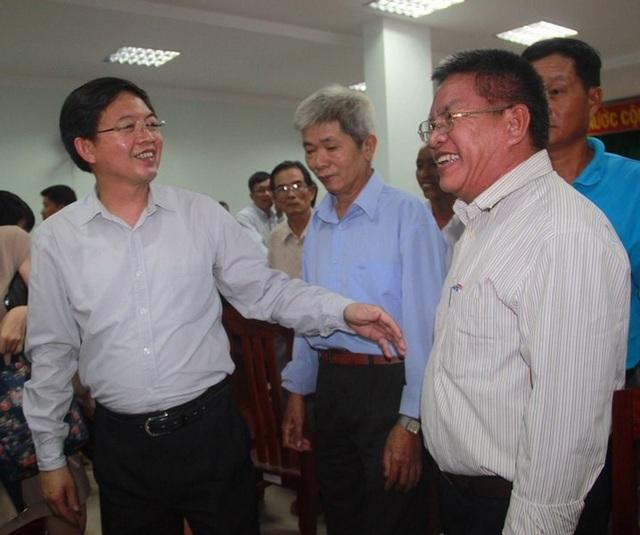 Chủ tịch UBND tỉnh Bình Định Hồ Quốc Dũng (trái) cam kết sẽ đền bù thỏa đáng cho người dân.