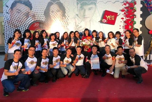 Cô Nguyễn Bội Quỳnh hiệu trưởng chụp cùng CHS do cô chủ nhiệm.
